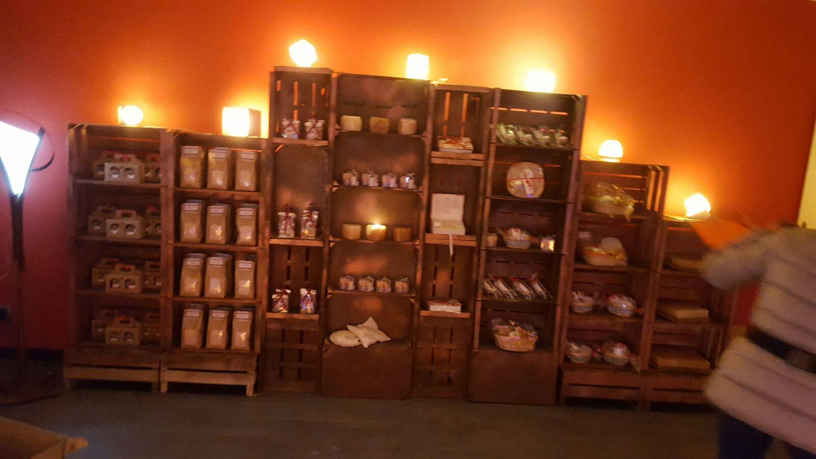 mensola con prodotti per la casa