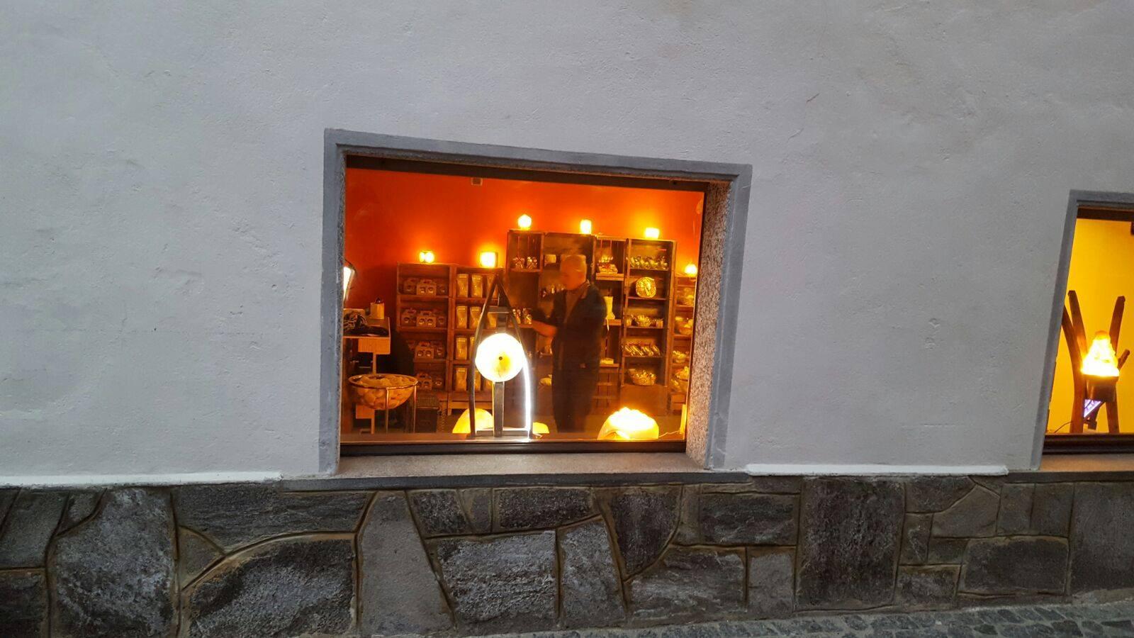 vetrina esterna del negozio