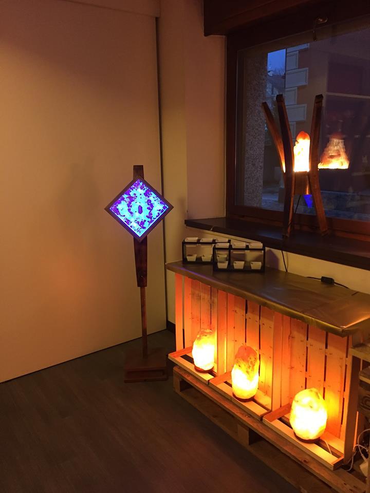 angolo di una stanza con lampade di sale accese
