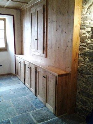 un armadio a pannello in legno con delle diverse ante in basso