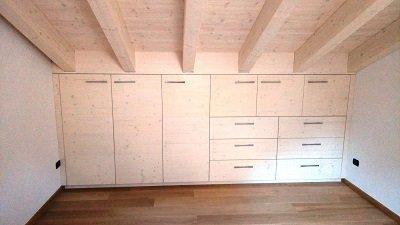 un armadio bianco con sulla destra dei cassetti