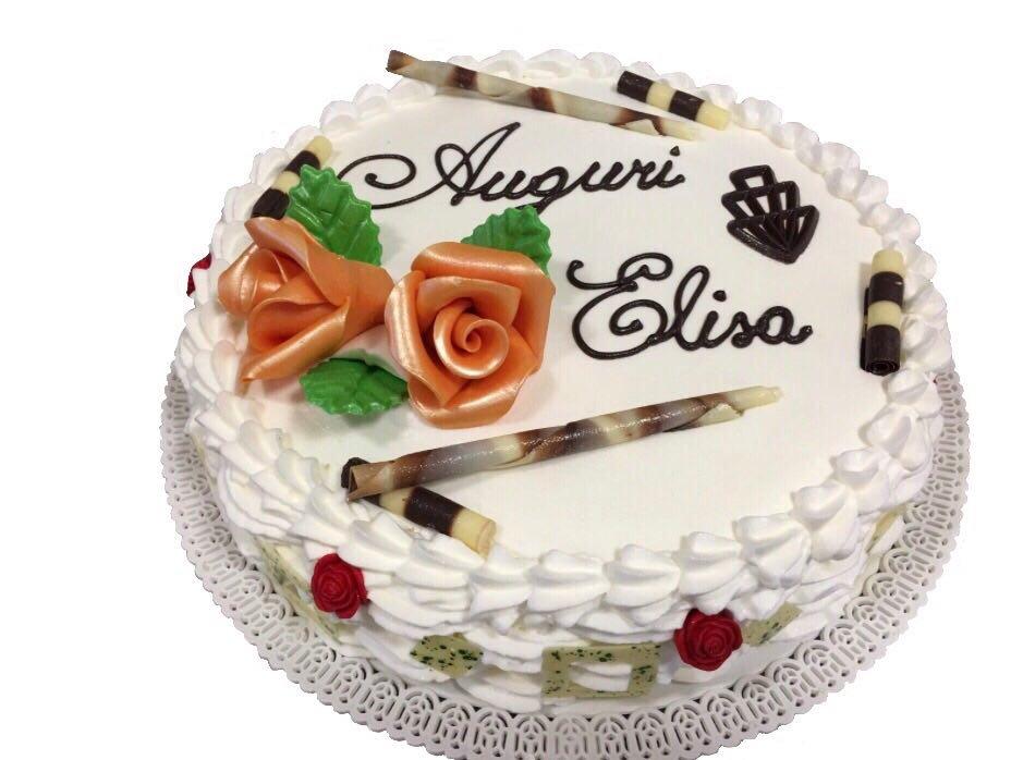 torta con panna e bastoncini di cioccolato