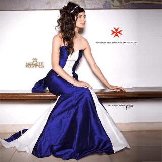 Modella Vestito Blu e Bianco