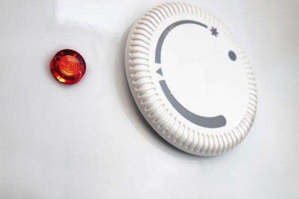 una manopola di regolazione e una luce a led rossa