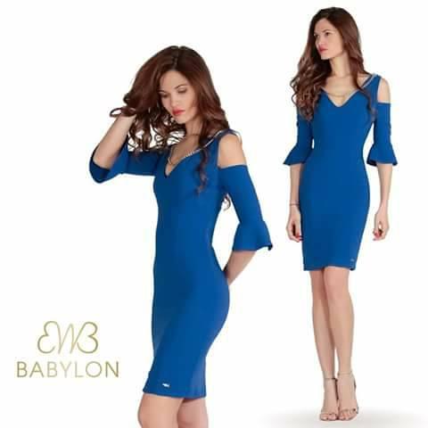 modella con vestito blu corto