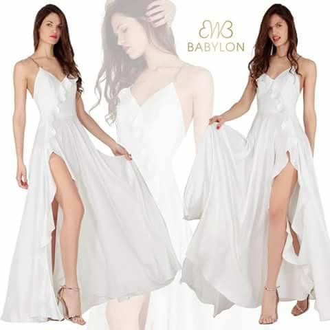 lungo vestito bianco con spacco su di un lato