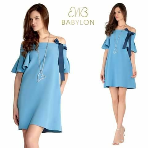 modella con vestito azzurro