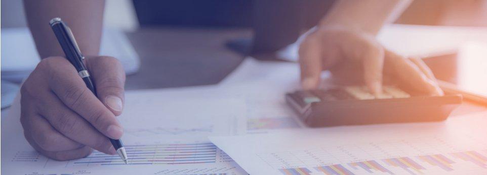 commercialista compila documento fiscale