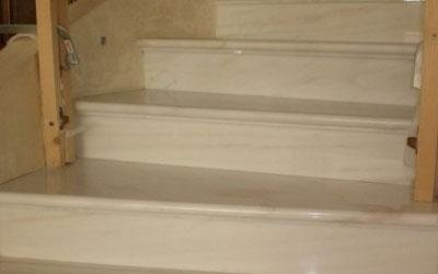 scale in marmo cristallino