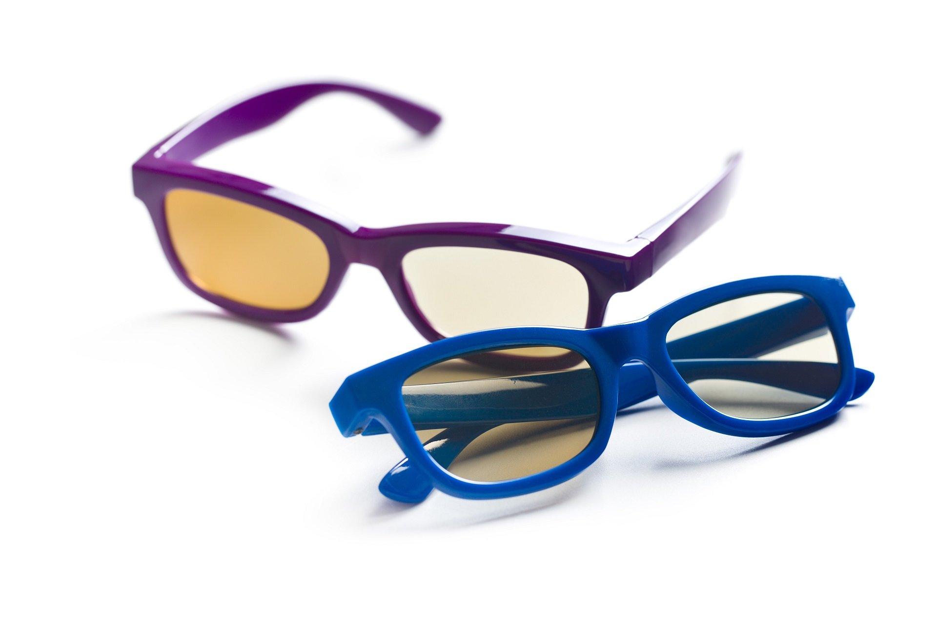 un paio di occhiali da vista con montatura viola e uno con montatura blu