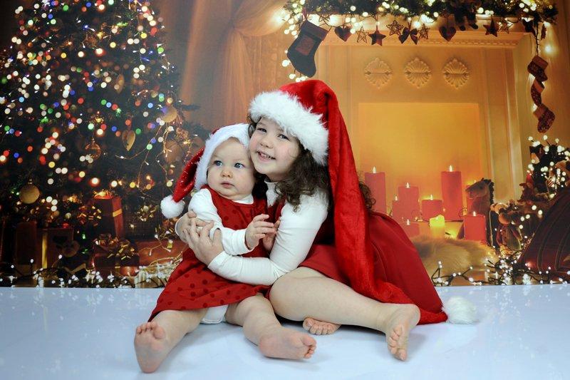 bambini vestiti da babbo natale