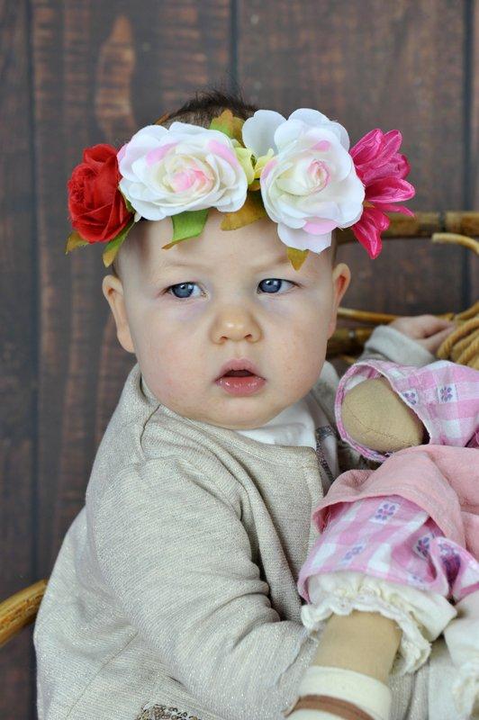 bambino con ghirlanda di fiori in testa