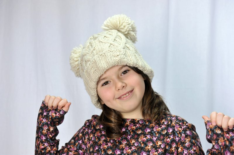 bambina con cappello invernale in testa