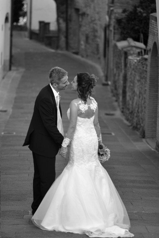 sposi durante un momento di affetto in posa per il fotografo