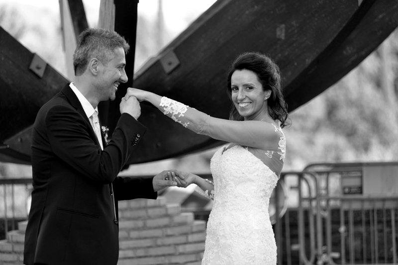 Sposo bacia la mano della sposa