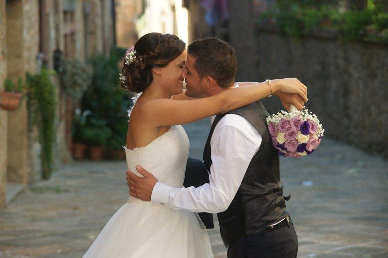 sposi mentre si stanno per baciare
