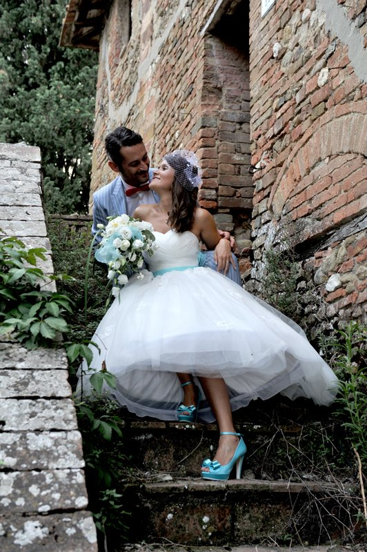 sposi seduti sulle scale in posa per una foto
