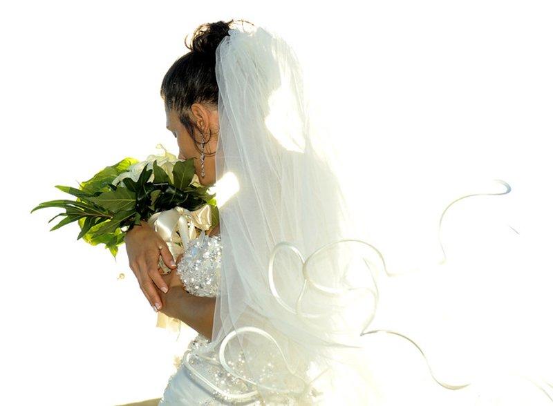 sposa in abito da matrimonio di spalle