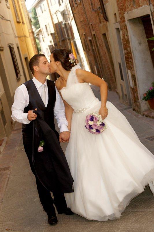 sposi mentre si baciano