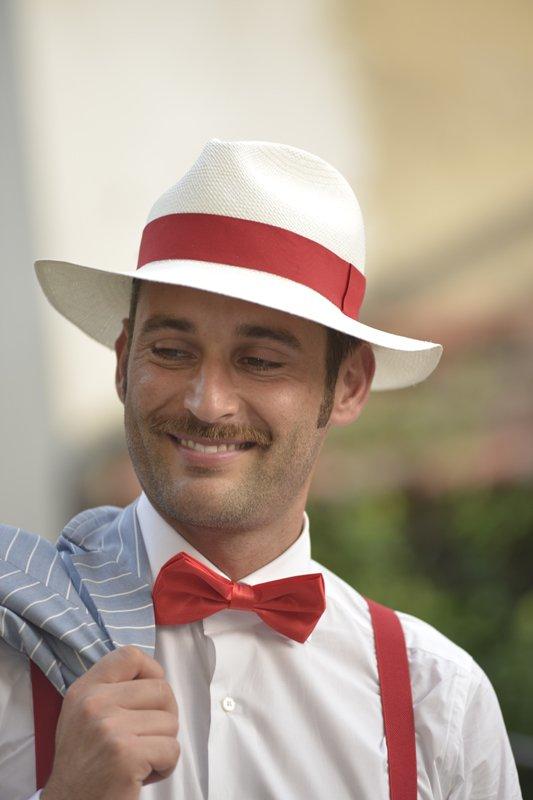 sposo con cappello bianco rosso e papillon rosso