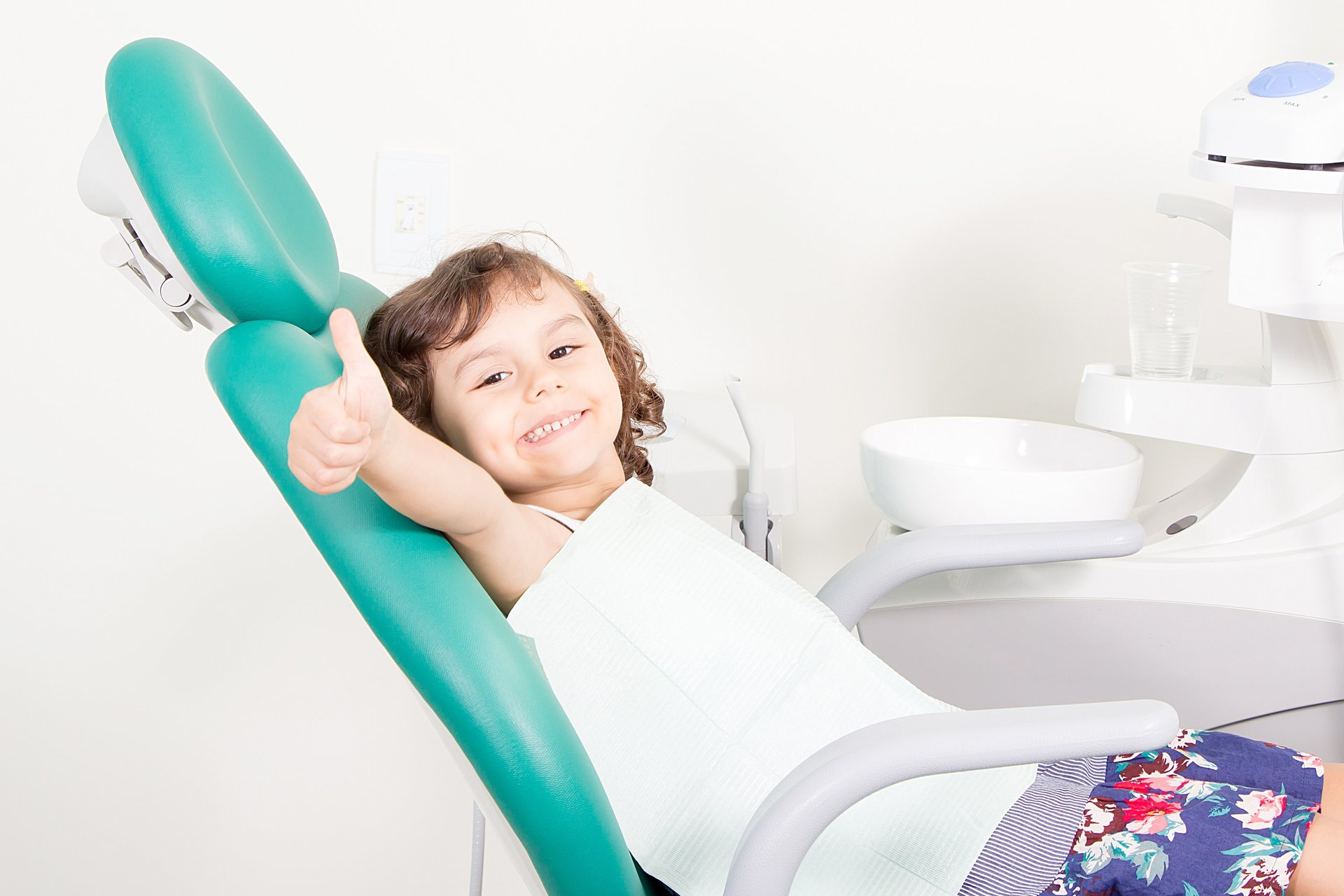 giovane paziente sul lettino del dentista