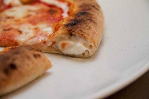 pizza con bordo ripieno