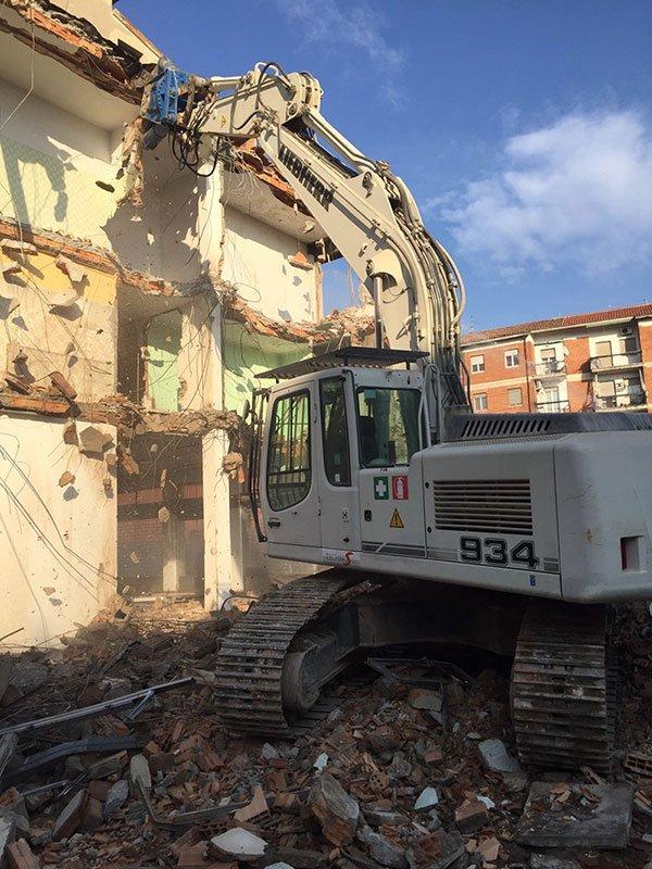 Le demolizioni vengono eseguiti accuratamente calcolate