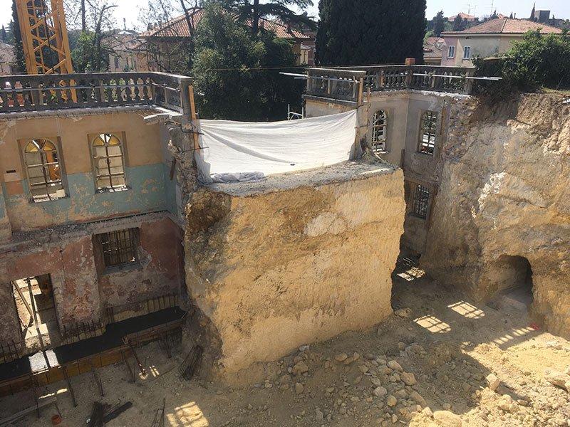 Durante la demolizione per ristrutturare, si prendono cura dei dettagli delle parti a conservare