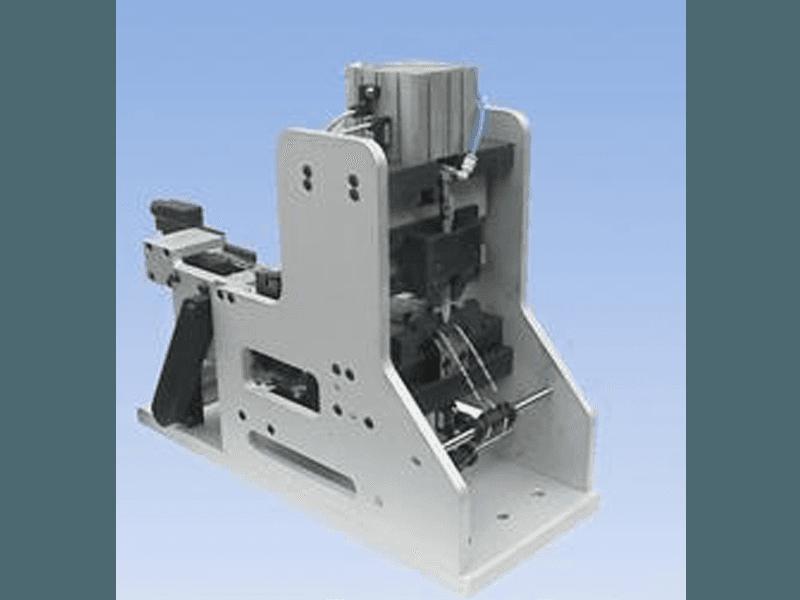 Alimentatore pneumatico passo passo per taglio terminali nastrati metallici