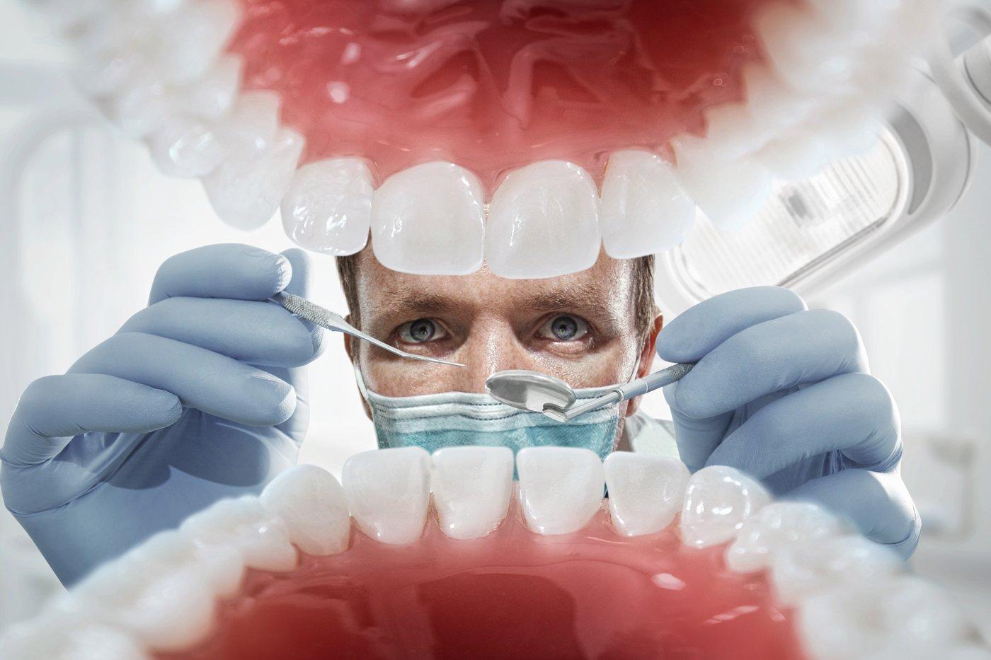 bocca aperta con dentista pronto per la visita