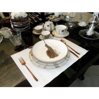set di posate e piatti