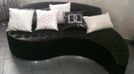 divano nero a forma di goccia