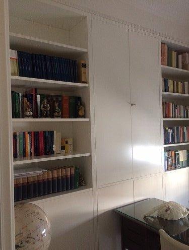 un mobile libreria in legno di color bianco