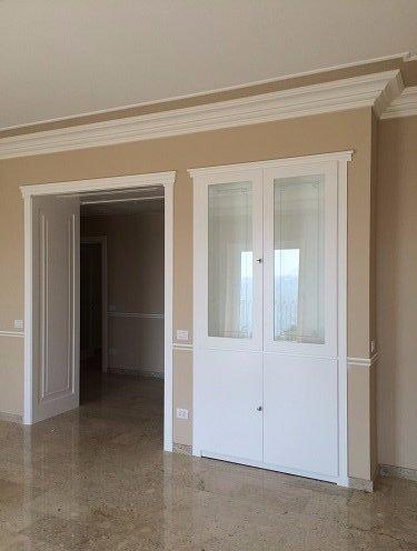 una porta a due ante in legno di color bianco