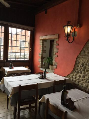 Interno di un ristorante con mura in pietra