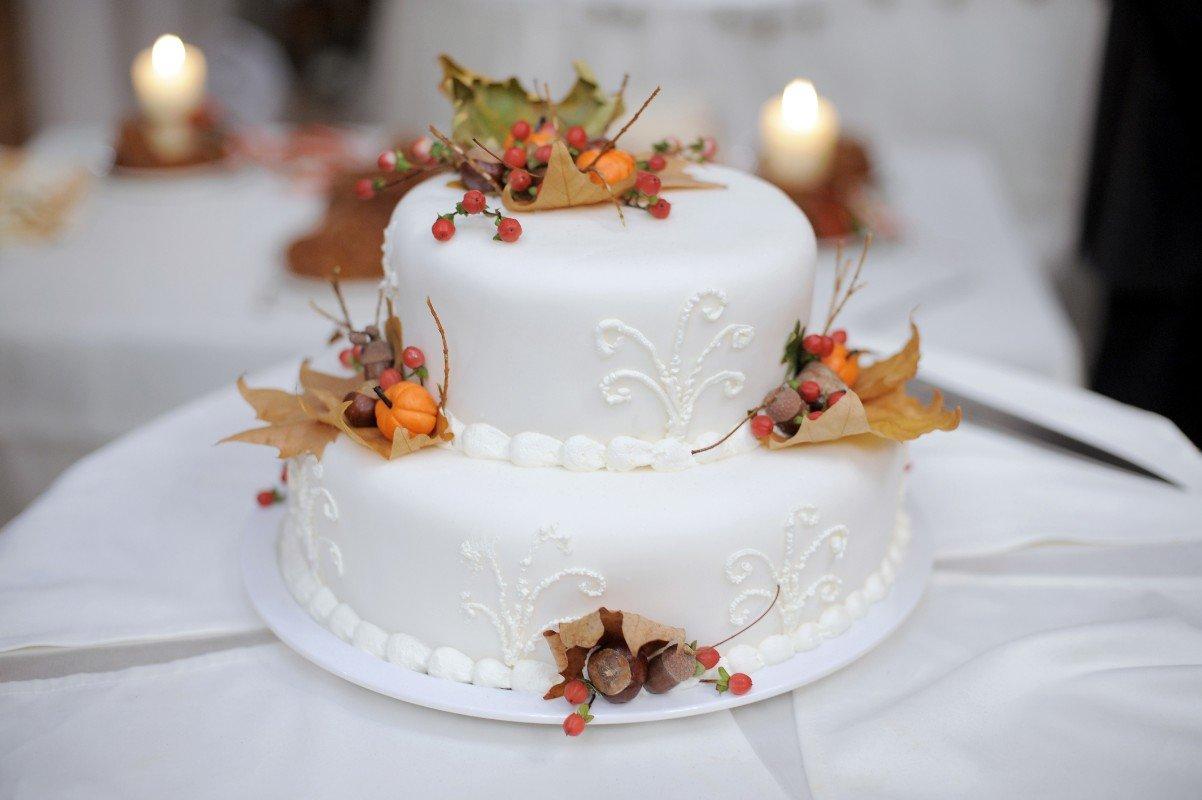 Torta da cerimonie bianca con decorazioni autunnali