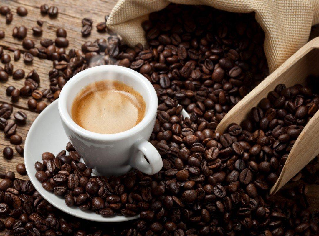 Tazzina di caffè e chicchi di caffè