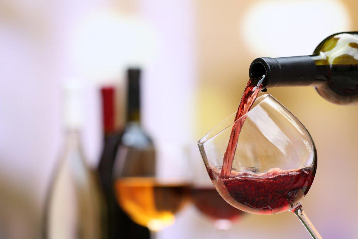 Versando vino rosso in un calice