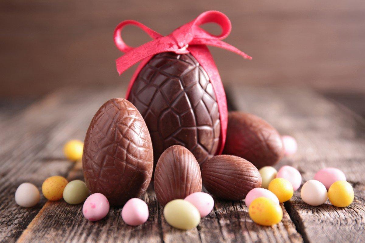 Uova di Pasqua di cioccolata decorate