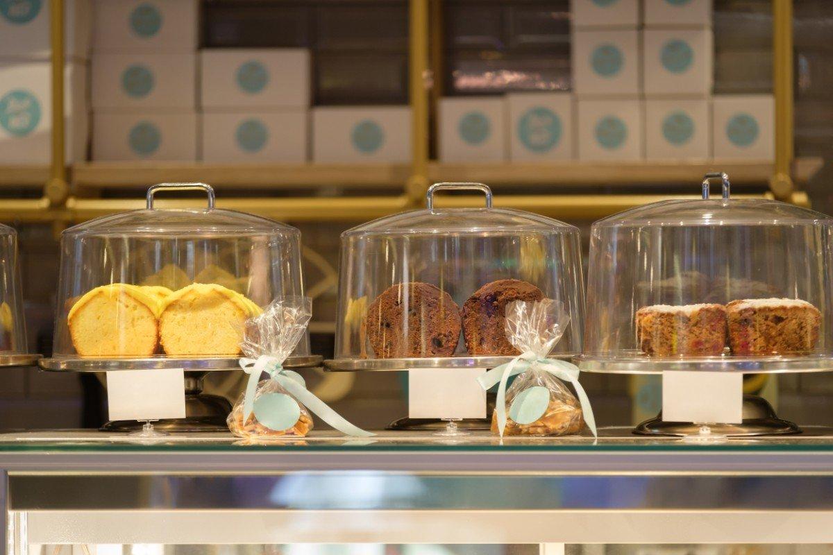 Bancone Pasticceria Piaceri e Sapori con esposizione di alcuni prodotti dolciari