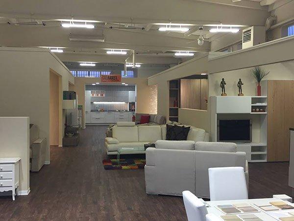 Interno dello showroom Arredamenti Bianchi a Massarosa