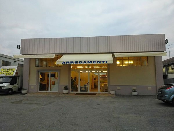 Vista frontale dello showroom Arredamenti Bianchi a Massarosa