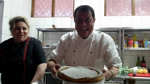 chef mostra una torta appena sfornata