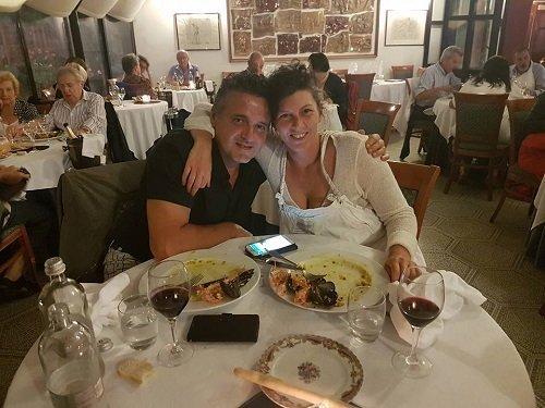 una coppia al tavolo del ristorante