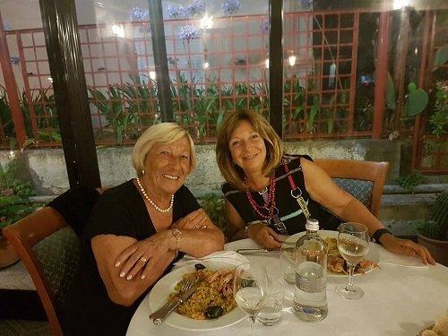due clienti sedute al tavolo del ristorante