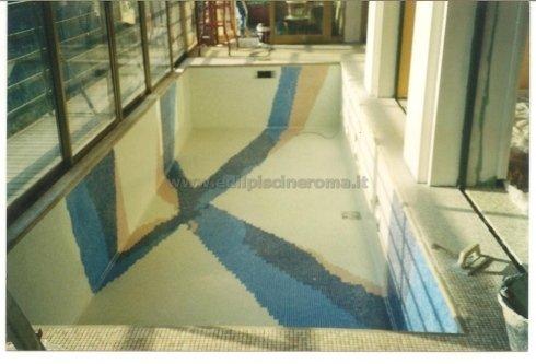 Piscina in cemento armato rivestita in mosaico
