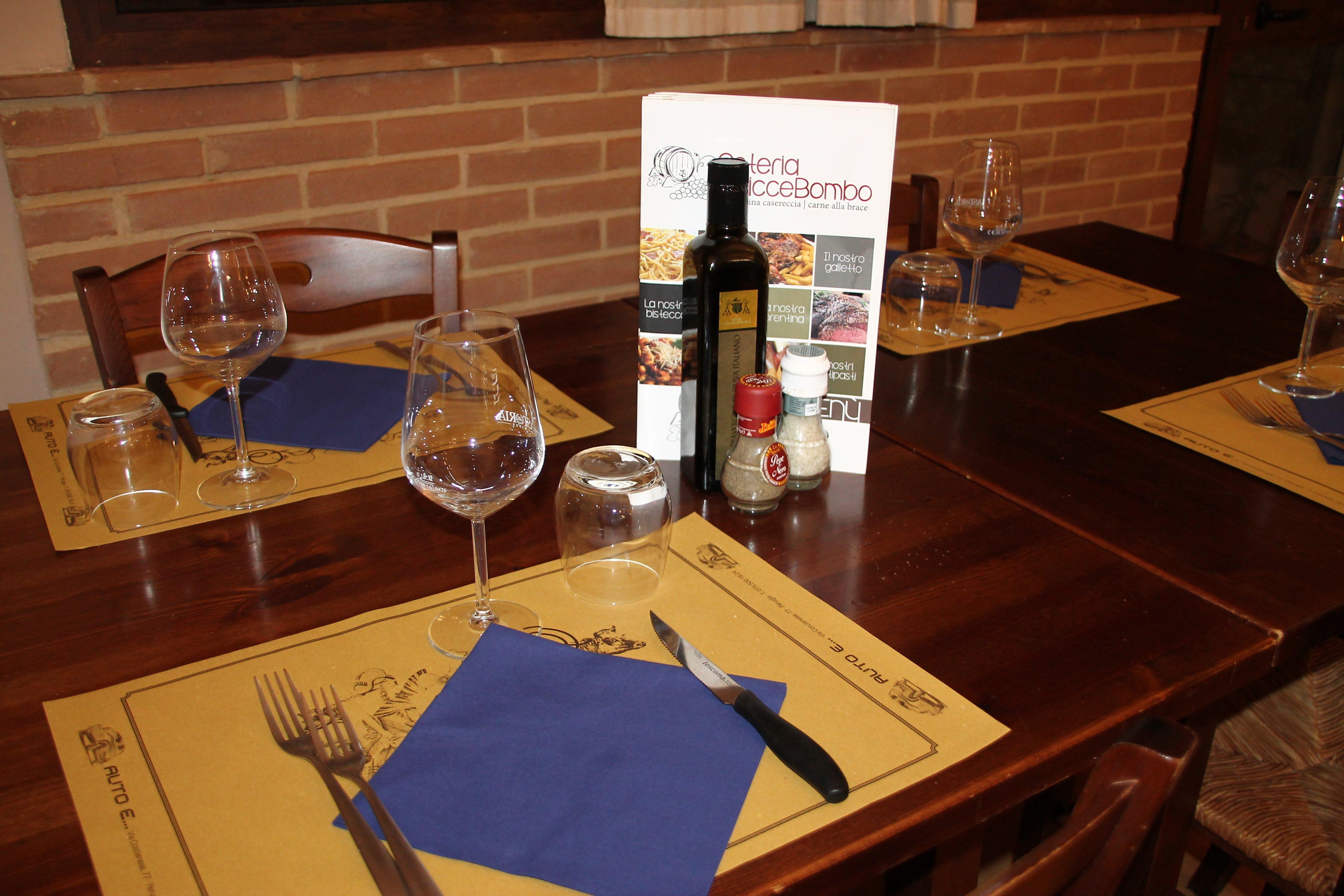 Bottiglia del vino con i bicchieri