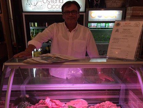Vetrina di carne fresca all'osteria CicceBombo a Perugia