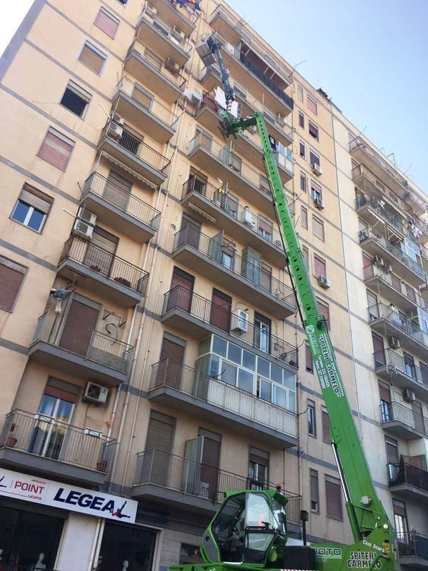Elevatore per traslochi accanto a un palazzo