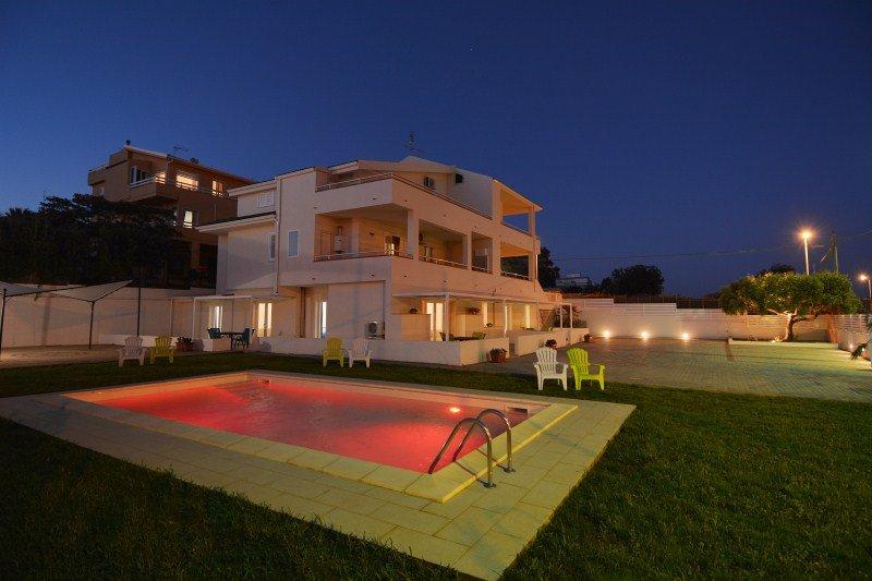 villa con piscina di notte